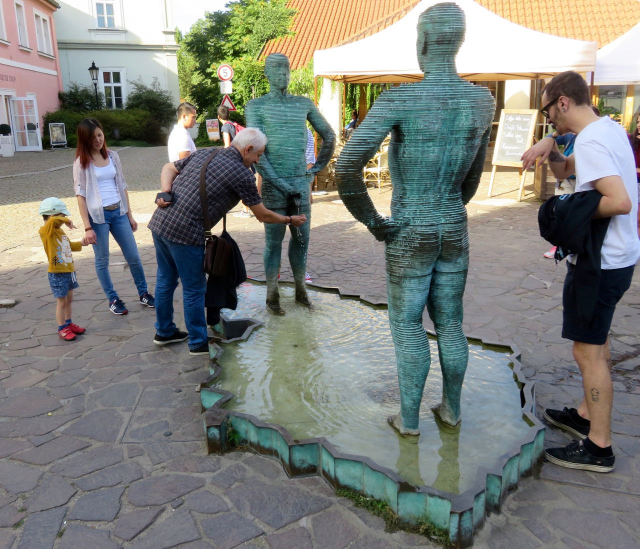 The Peeing Statues - Weird Things in Prague